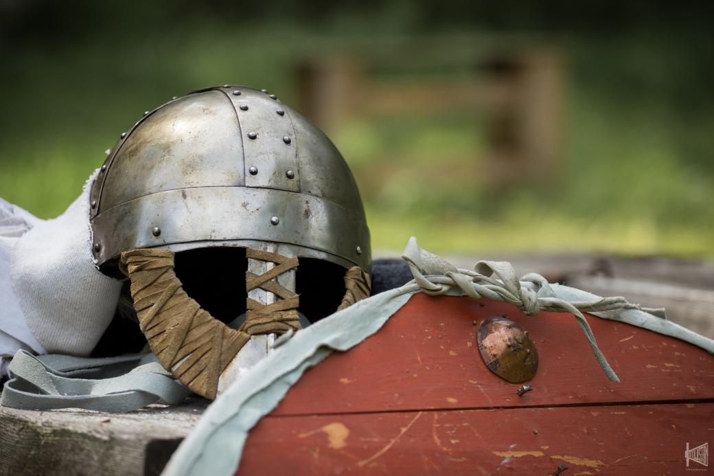 Viikinkisoturin rautainen kypärä ja puinen kilpi
