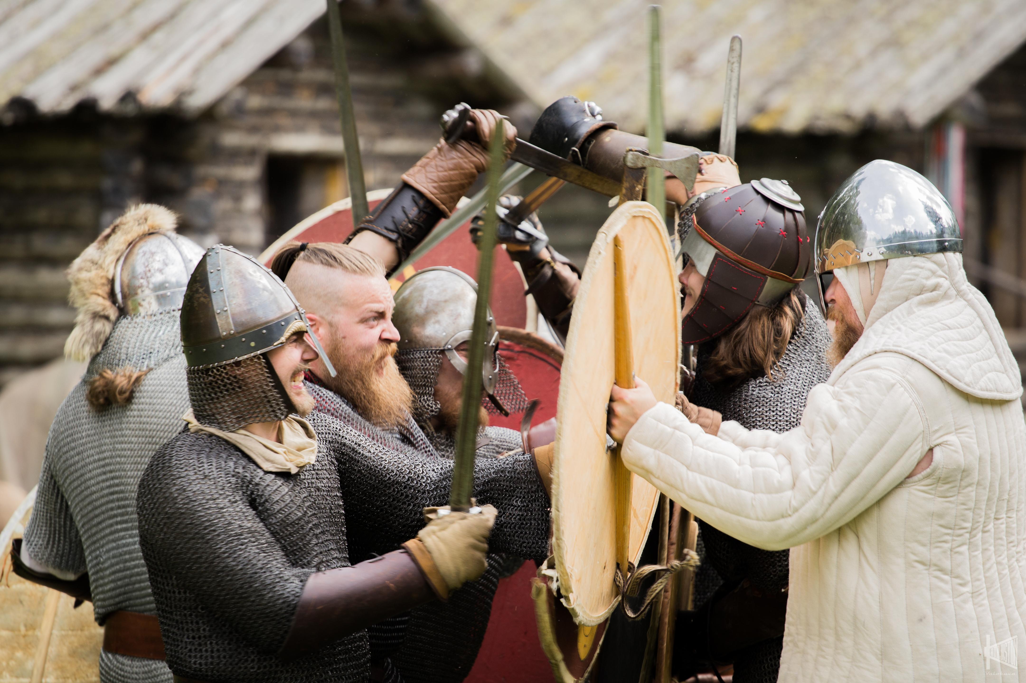 Viikinkiaikaisiin varusteisiin sonnustautuneet soturit ottavat yhteen miekoin ja kilvin.
